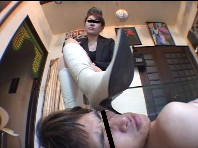 女王様の靴置きにされ、ブーツを舐め、踏み跡をつけられる奴隷男の愛